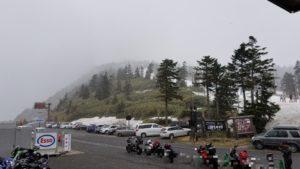 突然雪が降り出した渋峠。