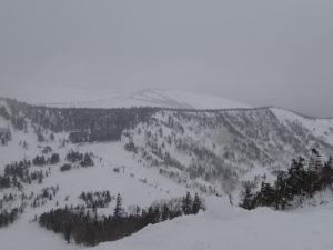 スキー場トップからの眺望。天候が悪くロープウェイ山頂駅付近までしか見えないが、晴れていれば大展望となる。