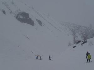 スキー場の名物コースだった振子沢コースにて。左から絶壁が迫ってくる中を滑るゲレンデなどここ以外に無いだろう。このコースも廃止になった。