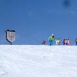 石打のシンボル・チロルの大看板と、チロルゲレンデで練習に励むスキーヤーたち。