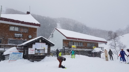 前夜から引き続き雪が降り続く志賀。