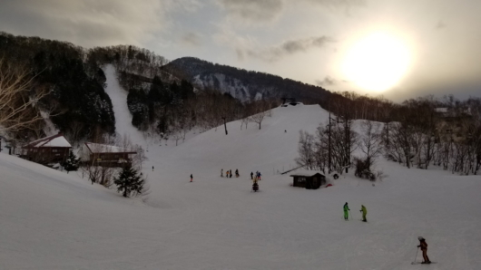 シーズン一混み合う三連休の営業を終えようとしている丸池スキー場。