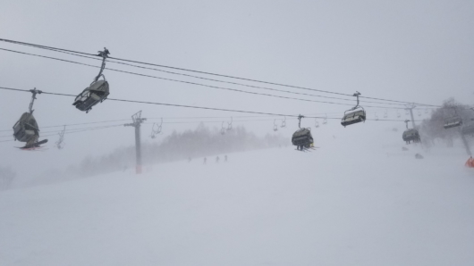風雪吹きすさぶかぐらメインゲレンデ。