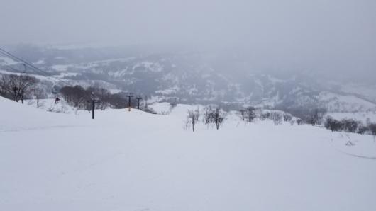 雪面の場所がわかりにくい「初見殺し」状態のゲレンデ。