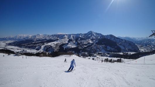 快適に滑れるハツカ石スーパーゲレンデ。正面に迫る飯士山も良い。