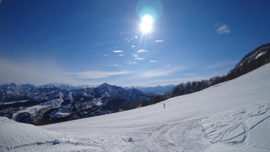 今日も山頂ゲレンデはゴキゲンだ。遠く巻機山を擁する稜線も美しい。