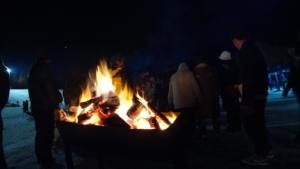 寒い中、焚き火が体を温めてくれます。
