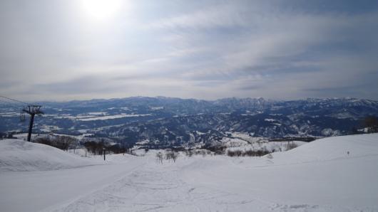 苗場山(中央奥)、鳥甲山(やや右)、野沢温泉スキー場(右端)。