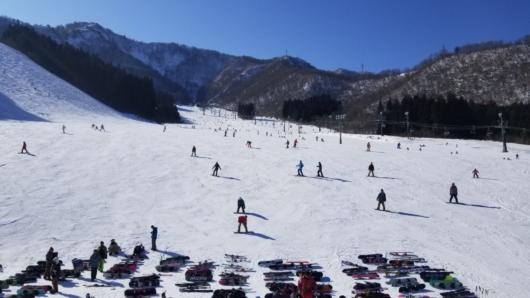 滑れるスキー場が少ないせいか、メインの緩斜面(ポルックス)はかなりの賑わいに。
