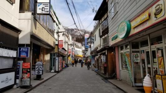 雪の無い野沢温泉街。