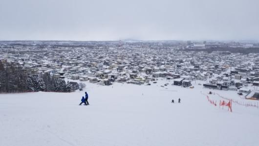 伊ノ沢市民スキー場ゲレンデトップからの眺望。正面が旭川市中心部。