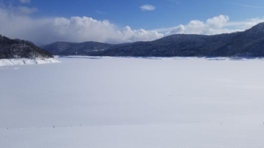 広大な雪面となった忠別ダムバックウォーター(忠別湖)。