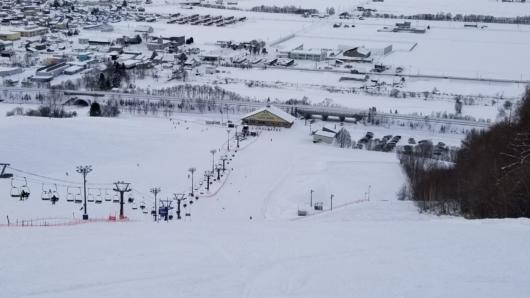 センターハウスのすぐ後ろを高速道路が通過。スマートICを設ければパラダを超える「日本一ICから近いスキー場」になるかも?