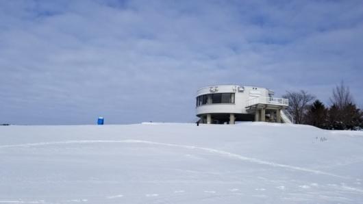 丘の上には展望台風の建物が建ってました。