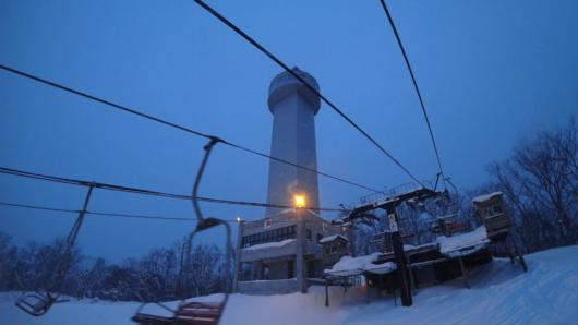 ゲレンデトップに屹立するニコラスタワー。