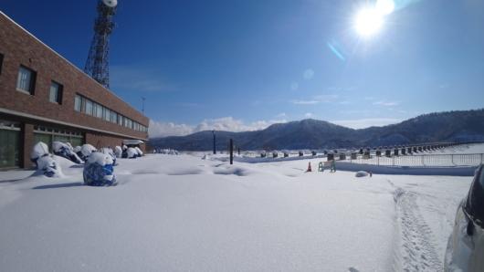 忠別ダムの管理施設と堰堤(右)。