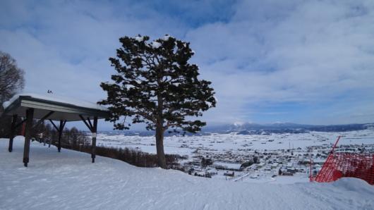 中富良野北星スキー場ゲレンデトップから。正面の大雪山は残念ながら雲に隠れてしまっていた。