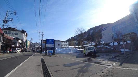 気持ちよく晴れ上がった湯沢温泉街。