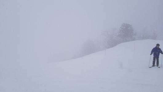 ホワイトアウトでまともに滑れない場面も。