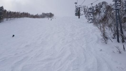 奥志賀第2エキスパート、リフト寄りの未圧雪帯を滑るのが楽しい。