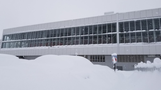 大雪に埋もれた富山駅。